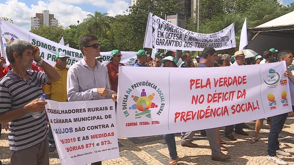 Trabalhadores rurais protestam na ALMG contra a reforma da previdência. — Foto: Reprodução/TV Globo