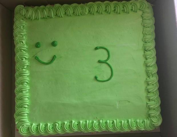 """A intenção era fazer um bolo """"sapo"""" com o número 3 em destaque, mas não rolou... (Foto: Reprodução Facebook)"""