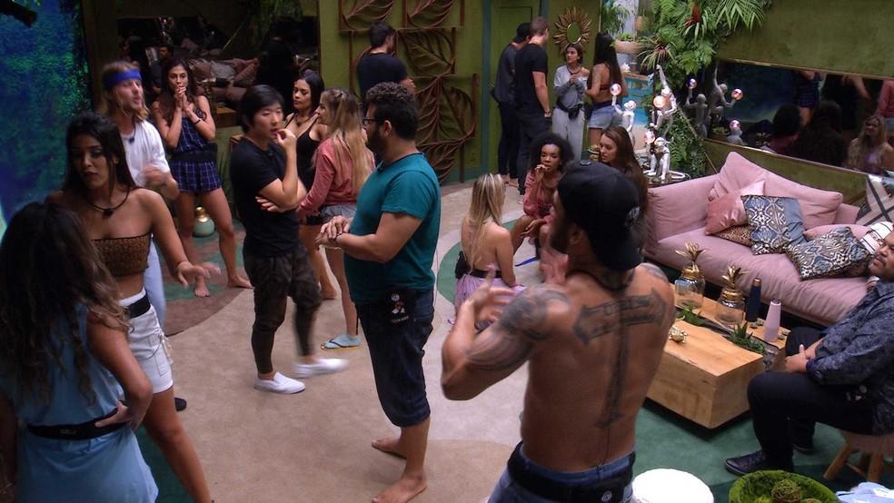 Brothers conversam com os novos participantes na sala — Foto: Globo