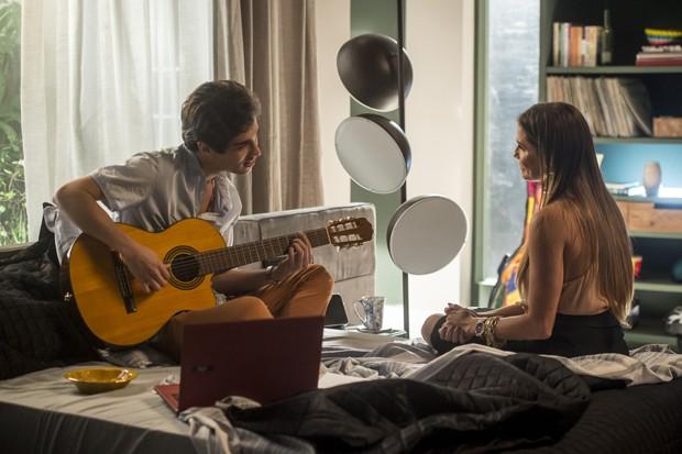 Cap 52 - Cena 6 - Karola ( Deborah Secco ) entra e Valentim ( Danilo Mesquita ) está escutando acordes da musica de Beto (Foto: Globo/Divulgação)