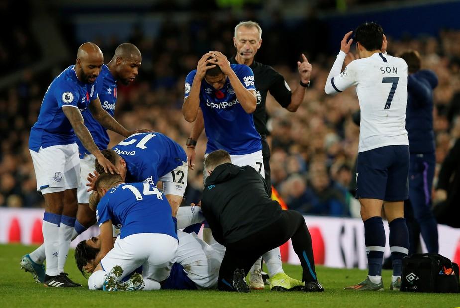 André Gomes quebra perna após carrinho de Son, que fica chocado e chora em campo