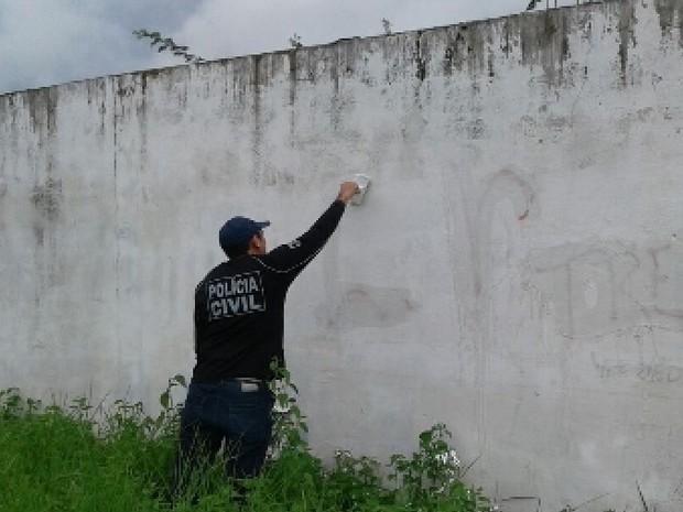 Policiais apagaram pichações com mensagens relacionadas a crimes (Foto: Divulgação/SSPDS)