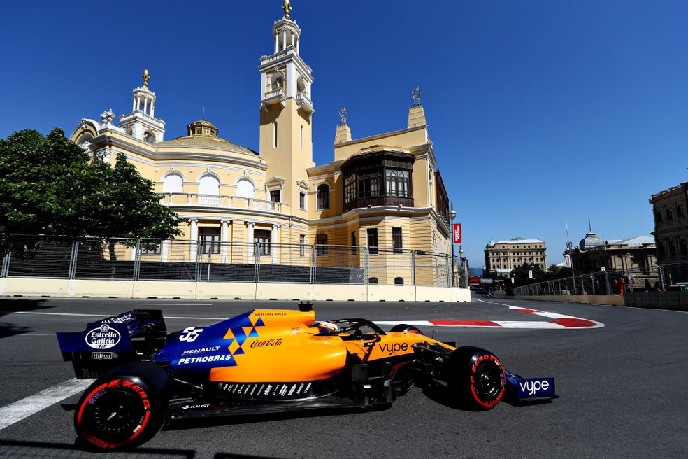 Carlos Sainz, na McLaren, durante o GP do Azerbaijão — Foto: Mark Thompson/Getty Images