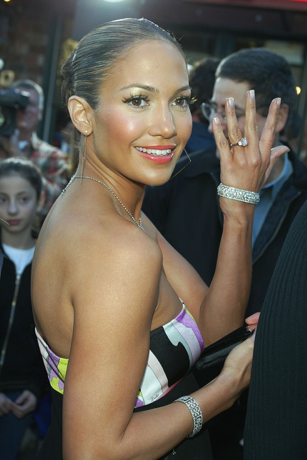 """LOS ANGELES - FEBRUARY 9:  Actress/singer Jennifer Lopez shows fans her engagement ring as she arrives at the premiere of """"Daredevil"""" at the Village Theatre on February 9, 2003 in Los Angeles, California. (Photo by Kevin Winter/Getty Images) (Foto: Getty Images)"""