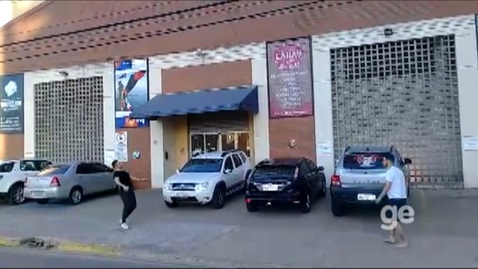 Brincadeira de criança: Falcão e Rodrigo jogam bola no meio de rua em Sorocaba