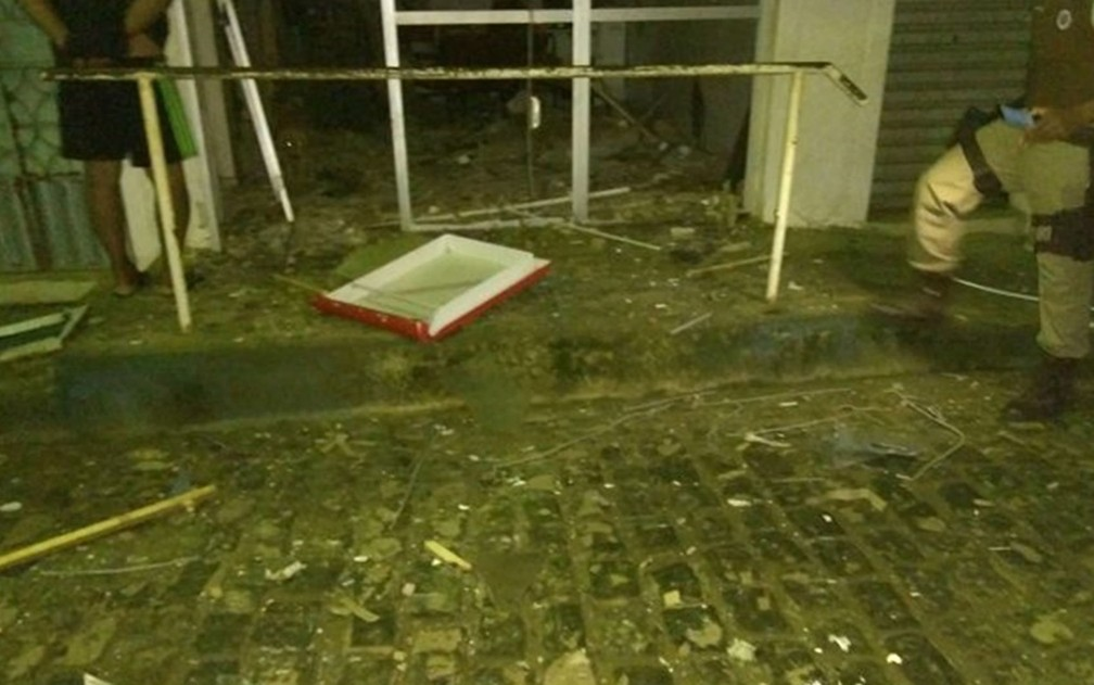 Grupo causa terror após invadir Arataca e explodir caixa eletrônico  — Foto: Bahia 10