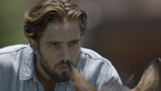 Final de 'Além do Tempo': Pedro tenta derrubar Felipe do cavalo