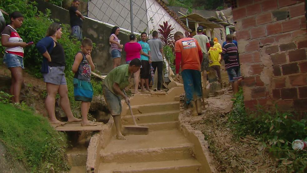 Moradores ajudam na limpeza do local onde barreira deslizou em Camaragibe — Foto: Reprodução/TV Globo