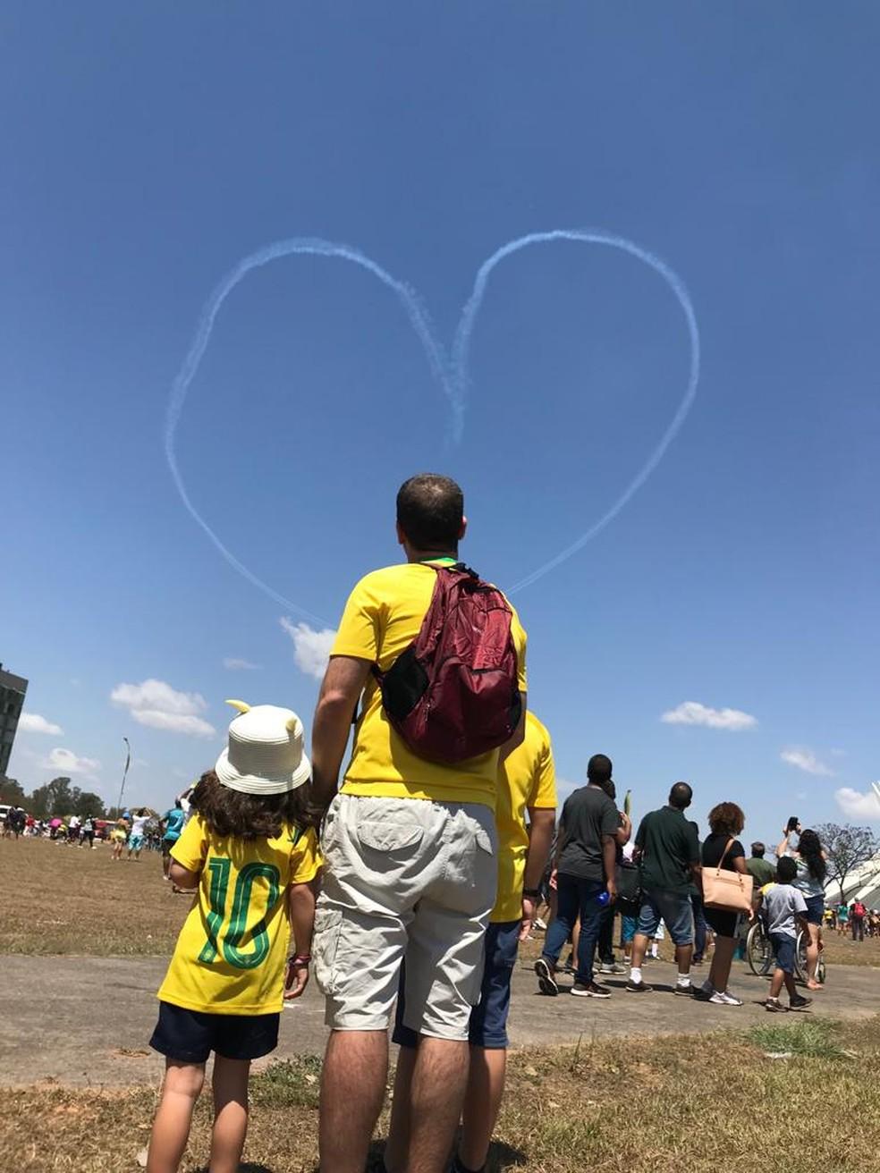 Família 'confere' coração formado por Esquadrilha da Fumaça (Foto: Maria Fernanda Soares/TV Globo)