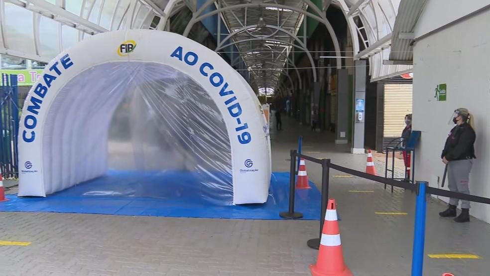 Cabine de desinfecção da Feira dos Importados do SIA, no DF — Foto: TV Globo/Reprodução
