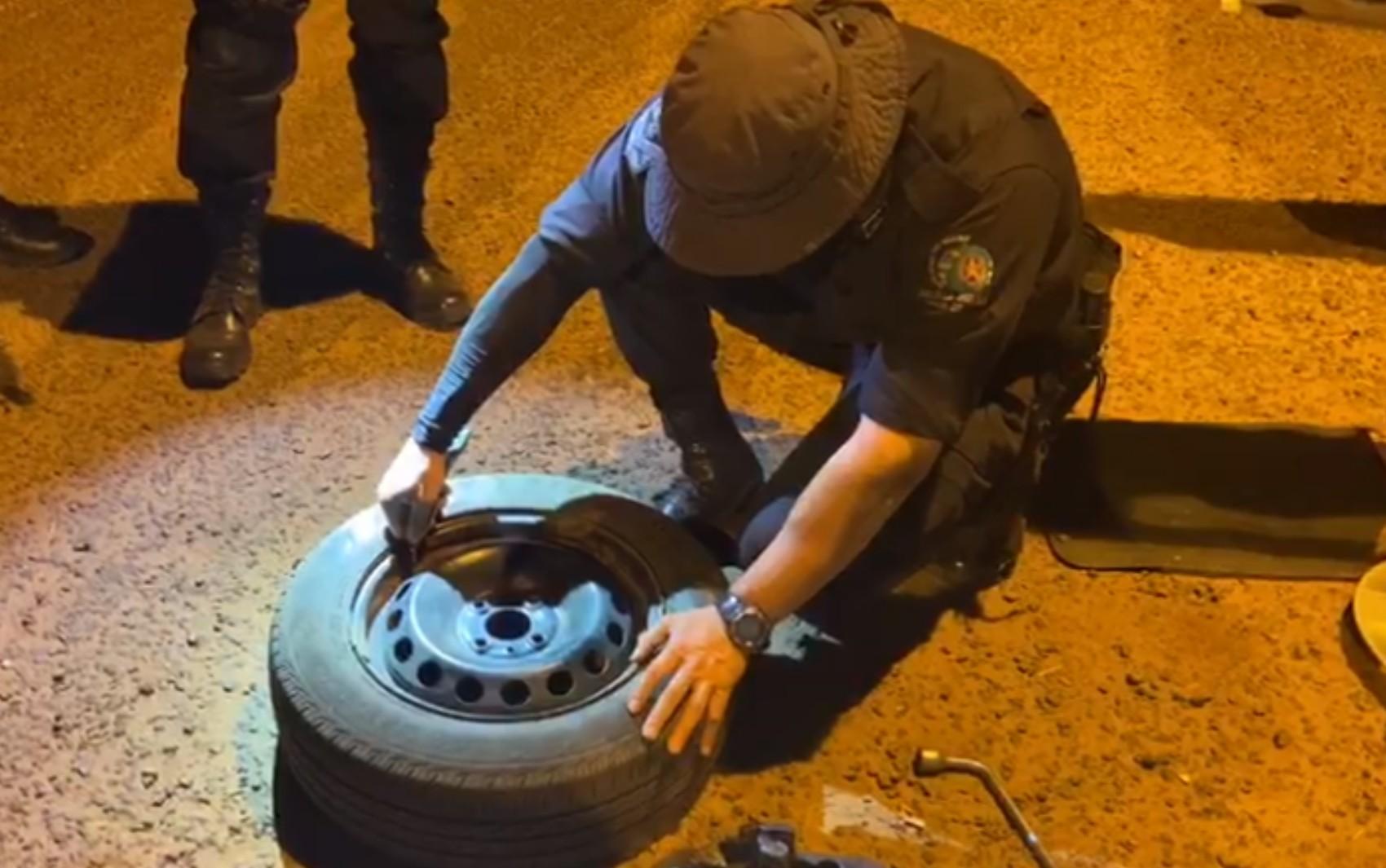 Jovem é preso suspeito de transportar 'supermaconha' escondida entre a roda e o pneu de carro; vídeo