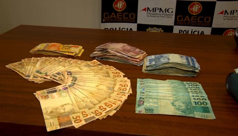 Dinheiro e máquinas de cartão foram apreendidos em Pouso Alegre (MG) — Foto: Reprodução/EPTV