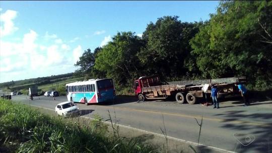 Carona morre em acidente entre dois caminhões na ES-010 em Aracruz