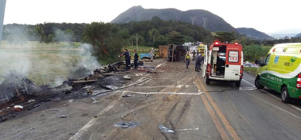 Acidente deixa mortos em Guarapari, no ES (Foto: APP TV Gazeta)