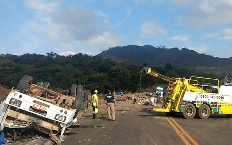 Carreta tombada na BR-040, em Minas Gerais (Foto: Corpo de Bombeiros/Divulgação)