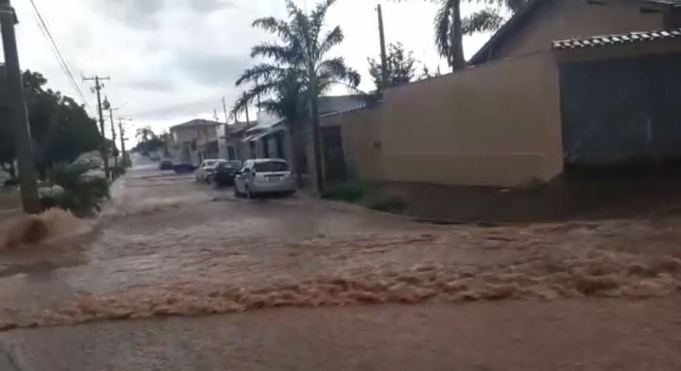 Chuva causa alagamento na Rua 6, em Orlândia (SP) — Foto: Redes Sociais