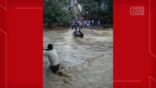 Crianças se arriscam atravessando correnteza de rio com ajuda de cordas para ir a escola no Ceará; veja vídeo