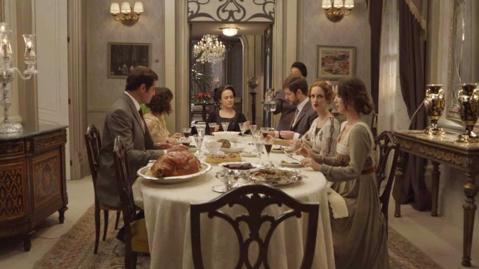 Julieta reúne a família e os amigos para um jantar (Foto: TV Globo)
