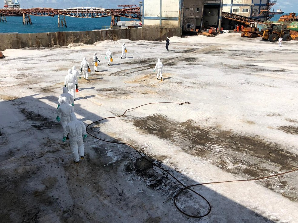 Militares das Forças Armadas realizaram a desinfecção do Terminal Salineiro de Areia Branca no RN, no mês de abril (arquivo) — Foto: Marinha do Brasil