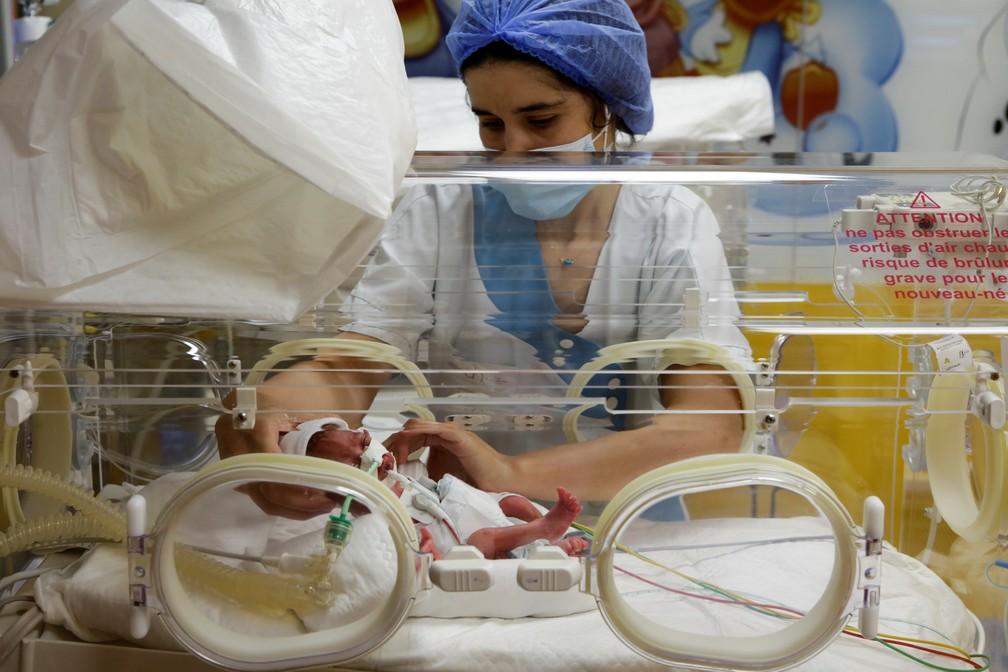 Um dos 9 recém-nascidos do Mali no Marrocos em foto de 5 de maio de 2021 — Foto: Youssef Boudlal/Reuters