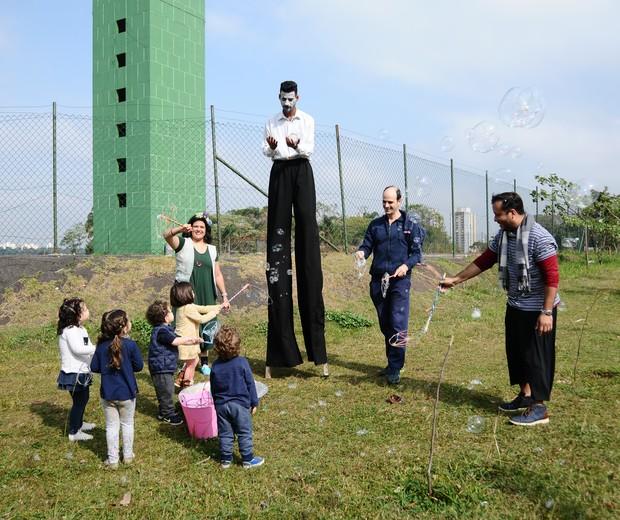 A galera da Oficina Verde e Rosa espalhou bolhas de sabão gigante aos arredores da Biblioteca Parque Villa-Lobos (Foto: Raquel Espírito Santo)