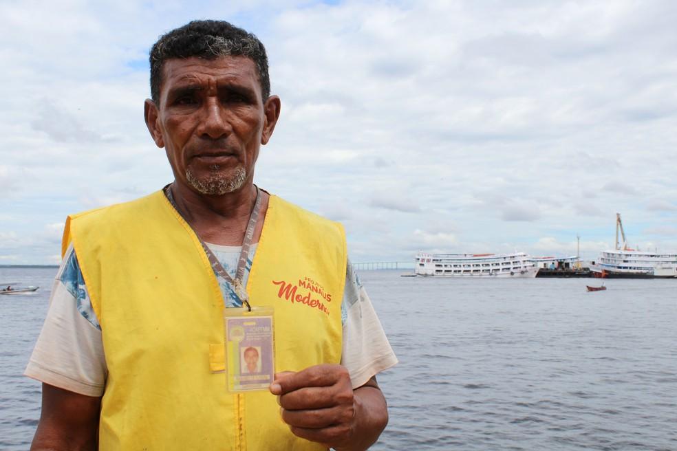 Raimundo de Oliveira exibe crachá de carregador de mercadorias, mesmo atuando como informal (Foto: Leandro Tapajós/G1 AM)