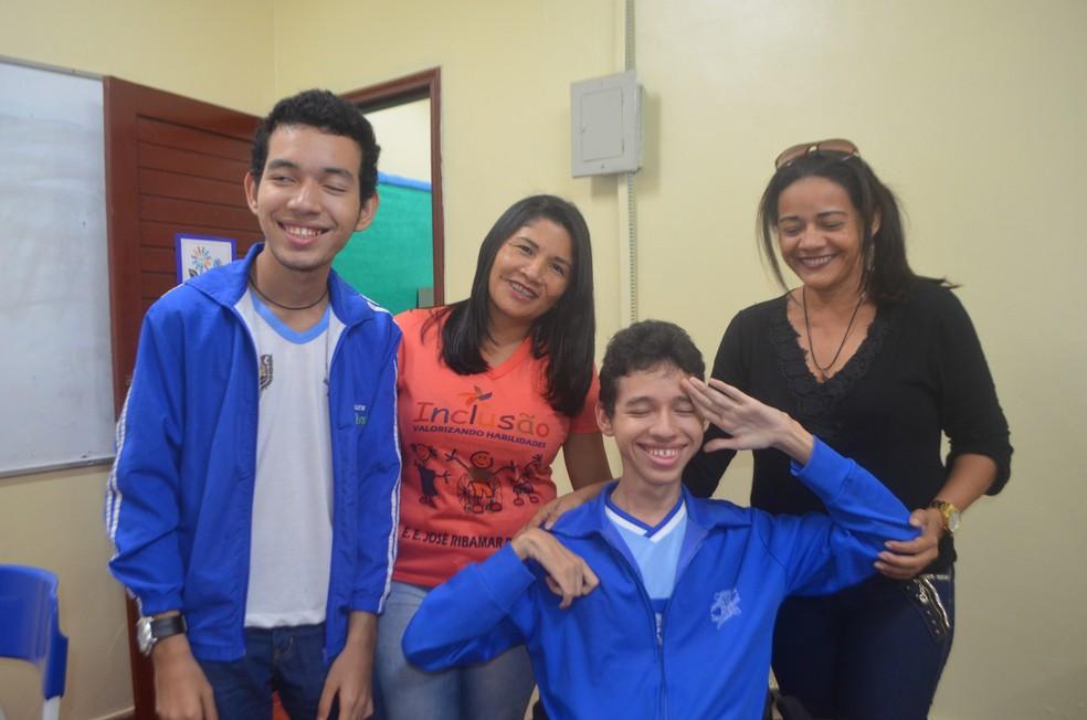 Irmão (de relógio), professora (de laranja) e mãe (de preto) de Jadison Costa comemoram a aprovação dele no vestibular da Unifap — Foto: Carlos Alberto Jr/G1