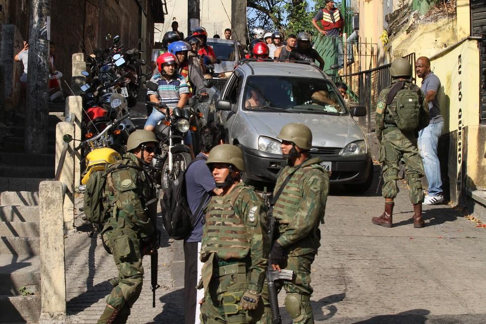 Agentes das Forças Armadas na Rocinha; Comissão Interamericana alerta para risco de militarização da segurança pública — Foto: José Lucena/Futura Press/Estadão Conteúdo