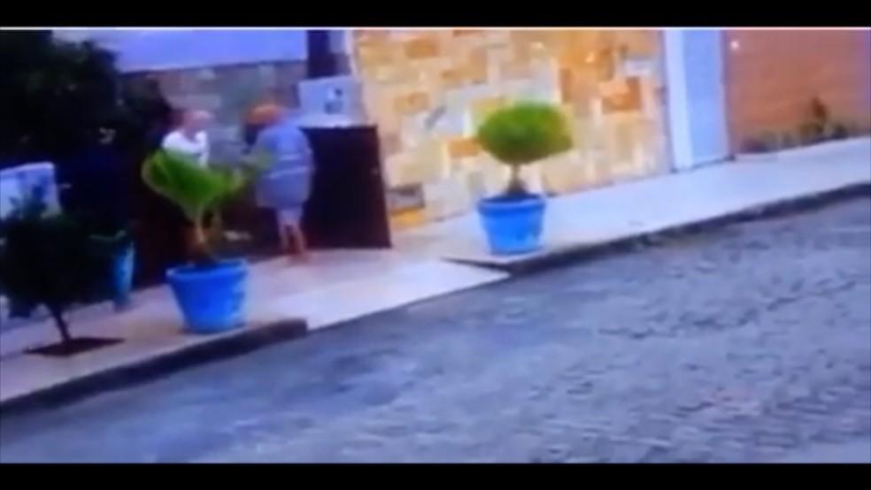 Assalto no bairro de Candelária, em Natal, vitimou dois idosos e o filho deles (Foto: Reprodução/Inter TV Cabugi)