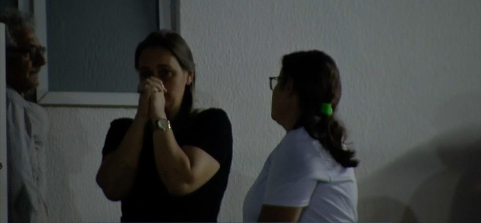 Família de menina que morreu após ataque de pitbull aguardavam notícias no Hospital Regional de Sinop — Foto: TV Centro América/Reprodução