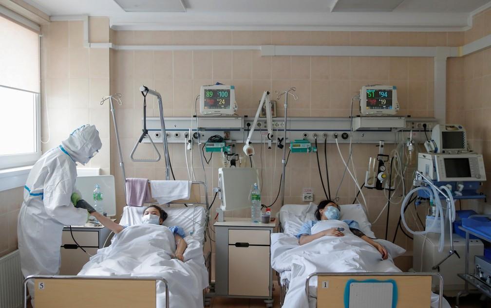 Profissional de saúde trata pacientes em ala de maternidade de hospital destinado a pessoas com Covid-19 em Moscou, na Rússia, no dia 25 de maio.  — Foto: Maxim Shemetov/Reuters