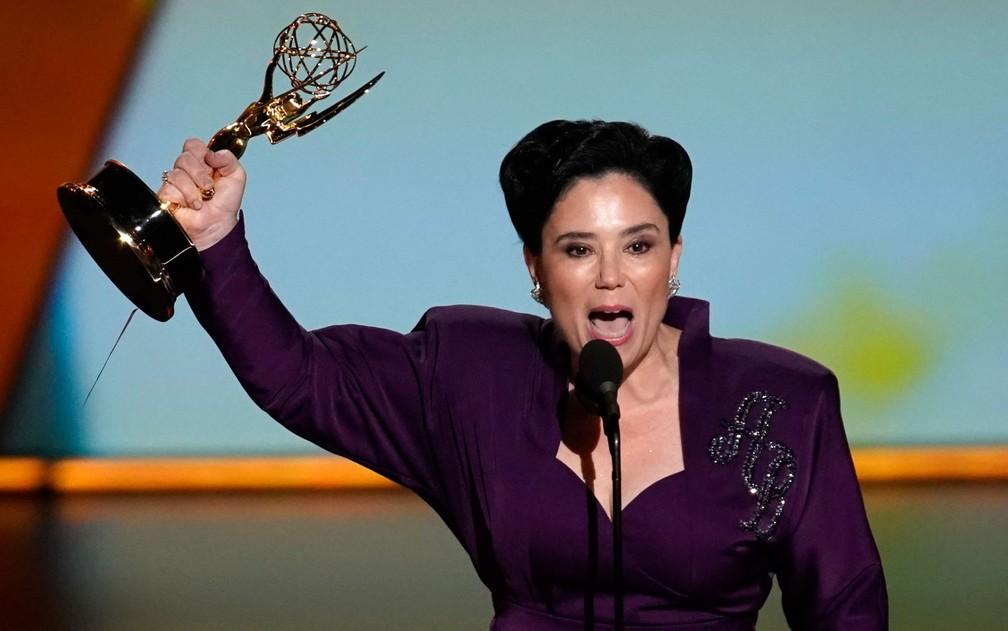 Alex Borstein comemora após ganhar o prêmio de melhor atriz coadjuvante em série de comédia, por 'The Marvelous Mrs. Maisel', no 71º Emmy no Microsoft Theatre, em Los Angeles, no domingo (22) — Foto: Reuters/Mike Blake