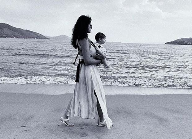 Débora Nascimento passeia com a filha, Bella (Foto: Reprodução/Instagram)