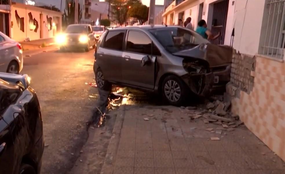 Idosa de 72 anos morreu após passar mal e bater carro em outro veículo e em fachada de casa na Bahia  — Foto: Reprodução/TV Sudoeste