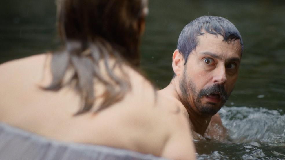 Tonico (Alexandre Nero) finge encontrão na mulher de Coronel Floriano (Lucci Ferreira) dentro do rio — Foto: Globo