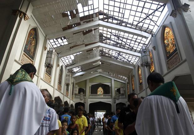 Rezando, filipinos encaram pesada tarefa de reconstrução do país