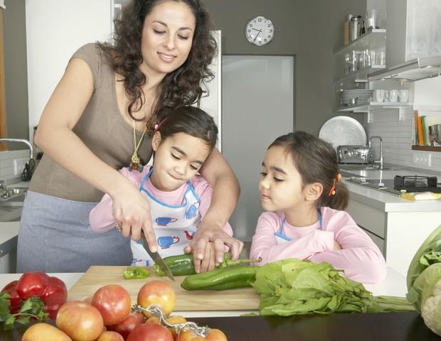 mãe filhas cozinhando (Foto: shutterstock)