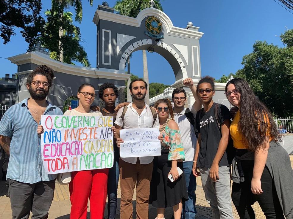 Alunos e ex-alunos protestaram contra corte de verbas — Foto: Fernanda Rouvenat/G1 Rio