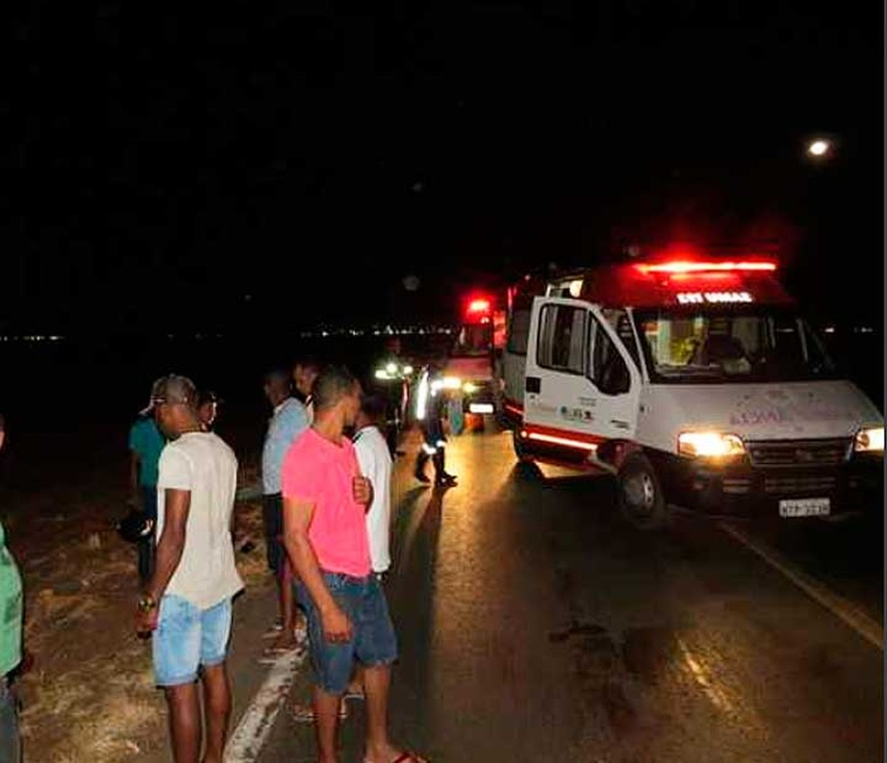 Ambulâncias do Samu na BR-242, no oeste da Bahia, onde dois homens em uma moto morreram em um acidente (Foto: Edivaldo Braga/Blog Braga)