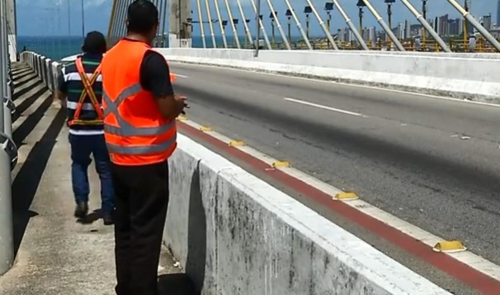 Voluntários se revezam na Ponte Newton Navarro, em Natal, para evitar suicídios — Foto: Reprodução/Inter TV Cabugi