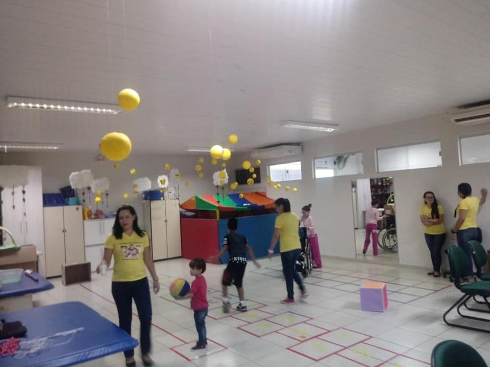 Sala de terapia ocupacional está decorada este mês para as crianças participarem de atividades recreativas — Foto: Apae-MS/Divulgação
