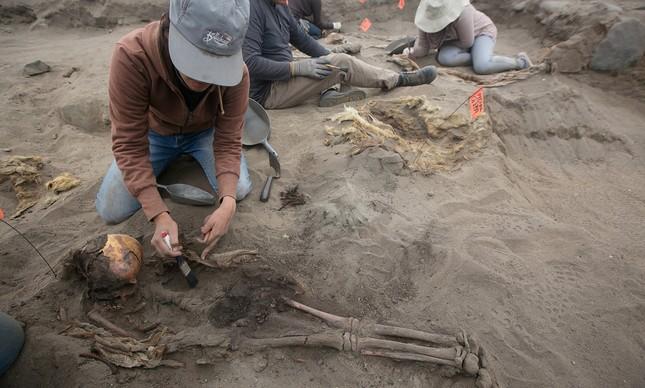 Arqueólogos encontram novo sítio de sacrifício maciço de crianças no Peru