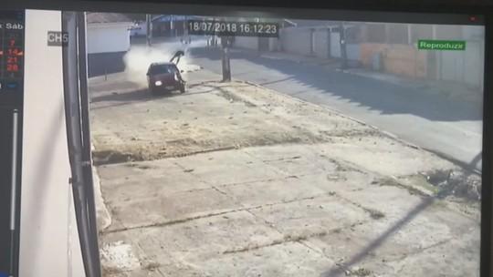 Carro em alta velocidade atropela e mata homem que atravessava rua, depois bate em muro; veja vídeo