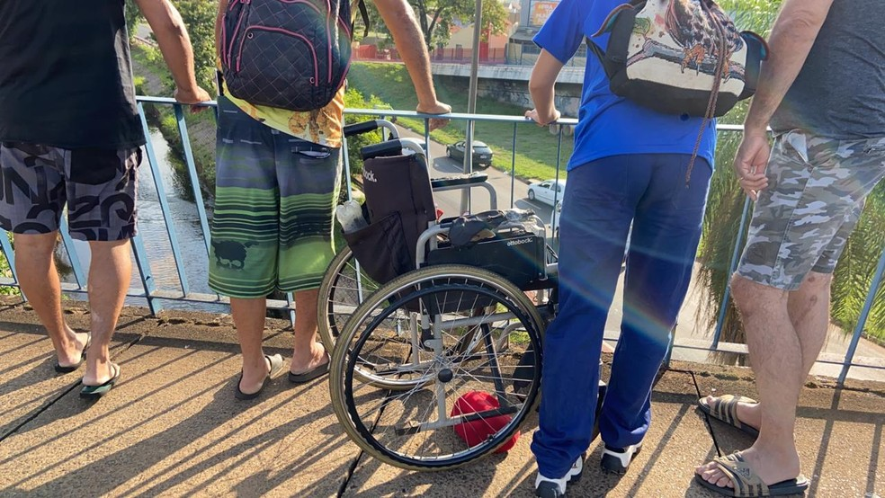 Cadeirante foi jogado do viaduto no centro de Bauru — Foto: Alisson Negrini / TV TEM