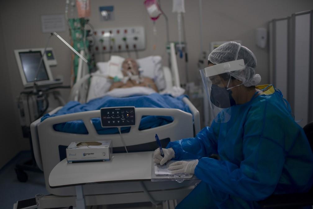 Enfermeira trabalha na UTI do Hospital Ernesto Che Guevara em Maricá, no Rio de Janeiro, onde pacientes com Covid-19 são tratados, no dia 5 de junho. — Foto: Mauro Pimentel / AFP
