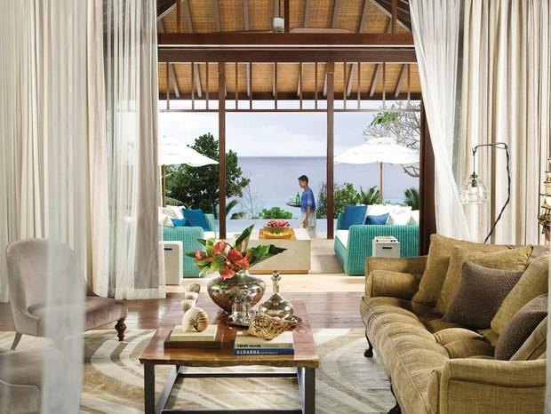 Sala com vista para piscina particular e oceano na suíte presidencial do hotel (Foto: Reprodução)