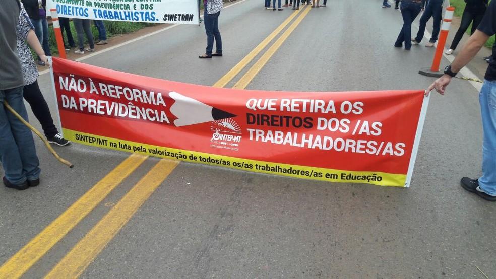 Manifestantes com cartazes bloqueiam trecho da BR-163 em Lucas do Rio Verde (Foto: Arquivo pessoal)