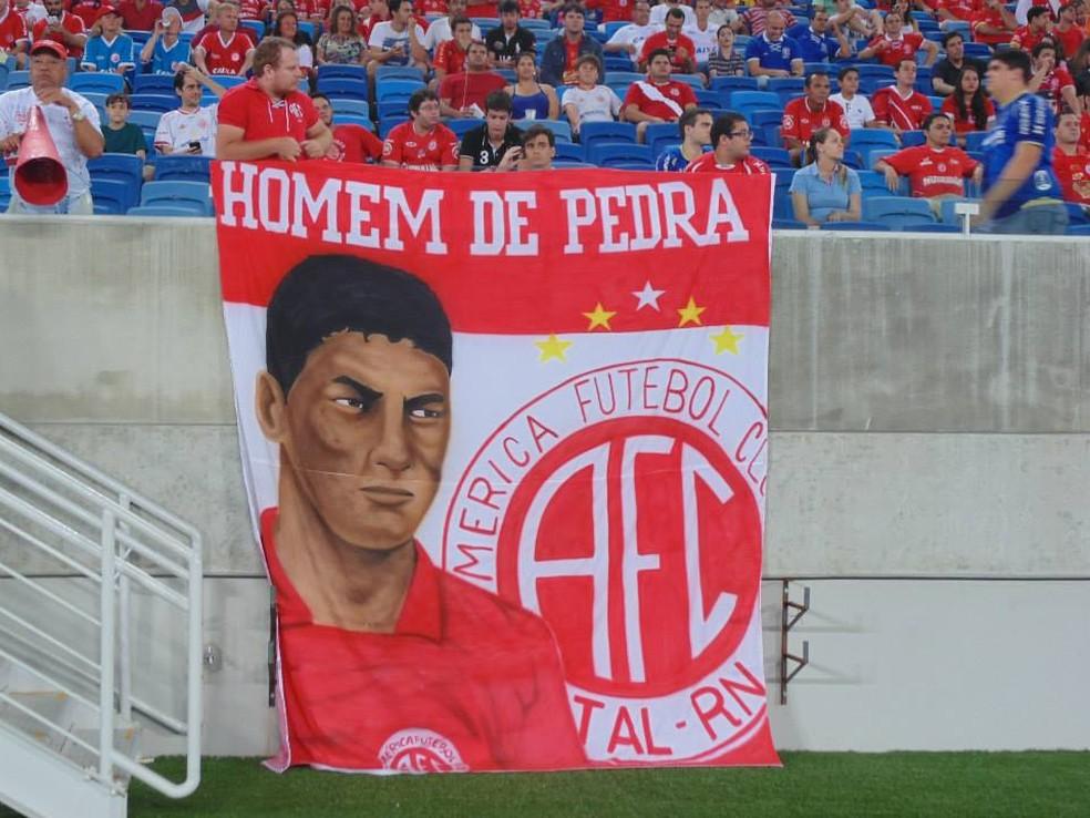 Max é ídolo do América-RN e tem até bandeira frequentemente exibida no estádio (Foto: Edmo Nathan/Divulgação)