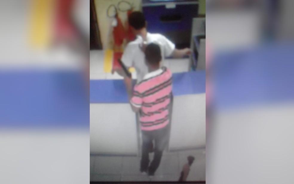 Câmera de segurança flagra quando um dos menores aborda vítima — Foto: PM/Divulgação