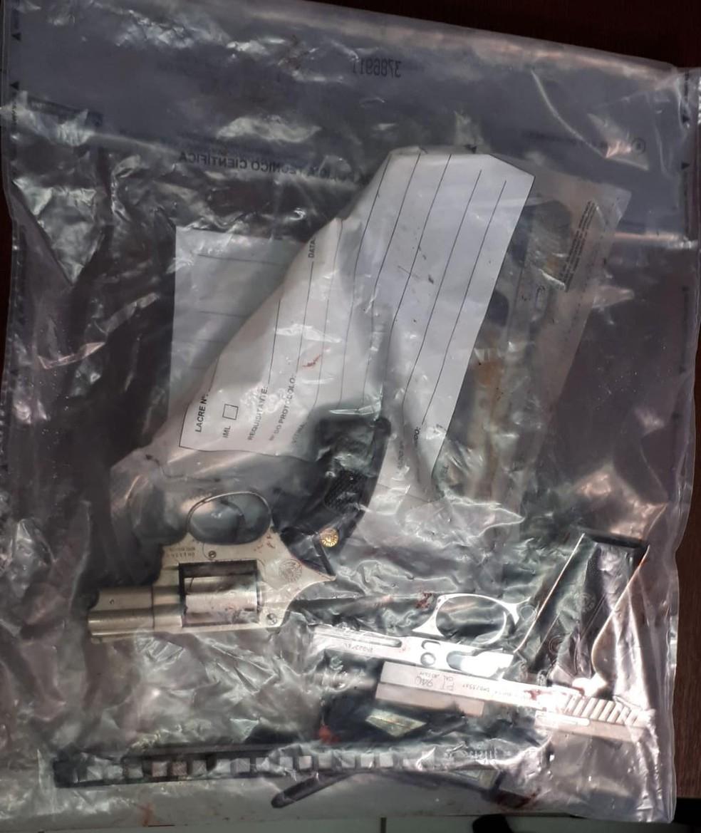 Révolver e pistolas foram apreendidos pela perícia após troca de tiros deixar três mortos em Peruíbe (SP) — Foto: G1 Santos
